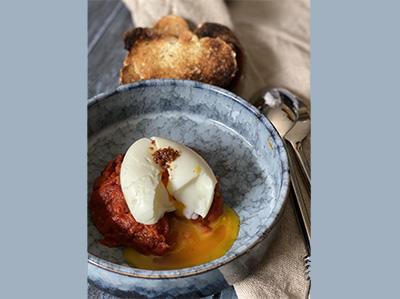 Chakchouka œuf mollet et pointe d'harissa artisanale
